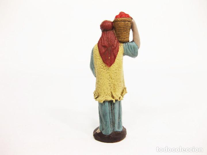 Figuras de Belén: Figuras de barro para nacimiento de 12 cm. Pastor con cesto de frutas a la espalda. - Foto 2 - 222045286