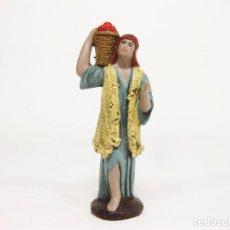 Figuras de Belén: FIGURAS DE BARRO PARA NACIMIENTO DE 12 CM. PASTOR CON CESTO DE FRUTAS A LA ESPALDA.. Lote 222045322