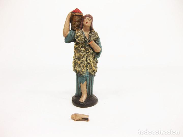 FIGURAS DE BARRO PARA NACIMIENTO DE 12 CM. PASTOR CON CESTO DE FRUTAS A LA ESPALDA. (Coleccionismo - Figuras de Belén)