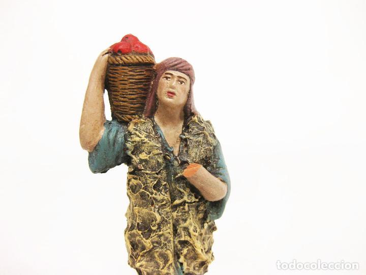 Figuras de Belén: Figuras de barro para nacimiento de 12 cm. Pastor con cesto de frutas a la espalda. - Foto 2 - 222045560