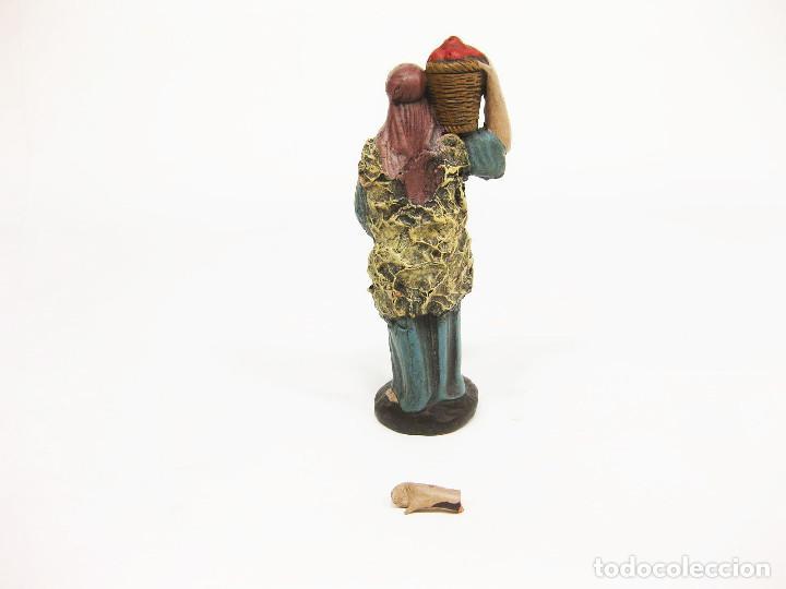 Figuras de Belén: Figuras de barro para nacimiento de 12 cm. Pastor con cesto de frutas a la espalda. - Foto 3 - 222045560