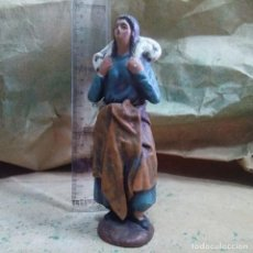 Figurines pour Crèches de Noël: FIGURAS DE BELEN - PASTORA CON CORDERO ADORANDO - ARTESANIA EN BARRO. Lote 222580621