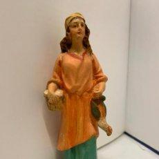 Statuine di Presepe: PASORA CON CESTA Y POLLO, EN ESTUCO. DE OLOT. ANTIGUA FIGURA DE PESEBRE. MIDE UNOS 13CMS DE LTURA. Lote 229158967