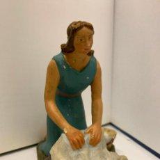 Figuras de Belén: LAVANDERA, EN ESTUCO. DE OLOT. ANTIGUA FIGURA DE PESEBRE. MIDE UNOS 10CMS DE ALTURA. Lote 229159271