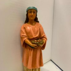 Statuine di Presepe: PASTORA CON CESTA DE FRUTA, EN ESTUCO. DE OLOT. ANTIGUA FIGURA DE PESEBRE. MIDE UNOS 16CMS DE ALTURA. Lote 229159698