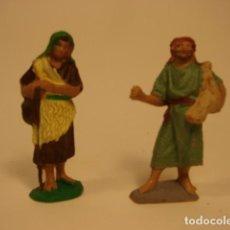 Figurines pour Crèches de Noël: DOS PASTORES - FIGURAS DE PESEBRE O BELÉN EN PLÁSTICO AÑOS 60. Lote 229600110