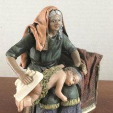Figurines pour Crèches de Noël: BELÉN. MUJER ASEANDO AL NIÑO. 12 CMS. BARRO COCIDO.. Lote 230196045