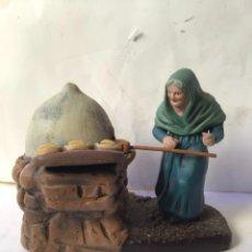 Figurines pour Crèches de Noël: ANTIGUA FIGURA EN TERRACOTA PARA BELEN , PANADERA , AÑOS 40. Lote 231392945