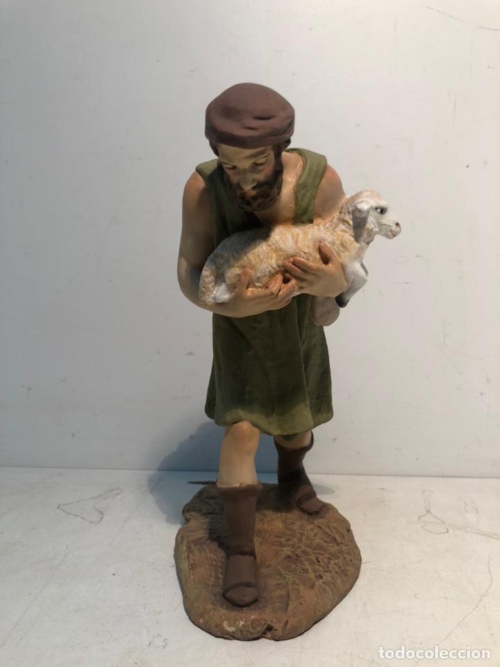 FIGURA BELEN, PASTOR CON CORDERO EN BRAZOS. SERIE 20 ARTE CRISTIANO OLOT (Coleccionismo - Figuras de Belén)
