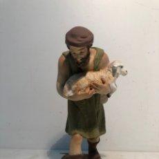 Figuras de Belén: FIGURA BELEN, PASTOR CON CORDERO EN BRAZOS. SERIE 20 ARTE CRISTIANO OLOT. Lote 234737890