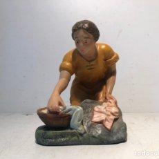 Figuras de Belén: FIGURA BELEN MUJER LAVANDO, SERIE 20 ARTE CRISTIANO OLOT.. Lote 234806695