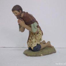 Figuras de Presépios: PASTOR ADORANDO SERIE 30 CM EN PASTA DE MADERA DE OLOT BUEN ESTADO. Lote 236139760
