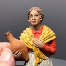 Figuras de Presépios: FIGURA DE BELÉN ANDALUZA. SEÑORA CON JARRA. PEDRO RAMÍREZ PAZOS. BARRO. ALTURA 11 CM APROX.. Lote 236621605