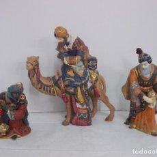 Figuras de Belén: PRECIOSAS FIGURAS DE LOS TRES REYES MAGOS EN PORCELANA DECORADA. Lote 237161875