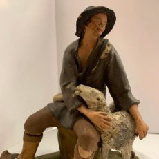 Statuine di Presepe: EXCEPCIONAL FIGURA DE BELEN O PESEBRE. EN TERRACOTA O ARCILLA. PASTOR CON CORDERO. PIEZA UNICA, 17CM. Lote 269282018