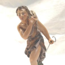 Figuras de Belén: PASTOR EN CAMINO CON OVEJA AÑOS 50, ESCUELA OLOT ESTUCO POLICROMADO. MED. 15 CM. Lote 270557013