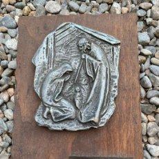Figuras de Belén: CURIOSO TROFEO CON RELIEVE NACIMIENTO, MEDALLA PLATA 1969. PESEBRISMO. Lote 270965253