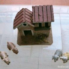 Figuras de Belén: PESEBRE BELEN O NACIMIENTO CASA GRANERO DE CORCHO CON ANIMALES 2 CERDITO Y 2 OVEJITAS. Lote 280319888