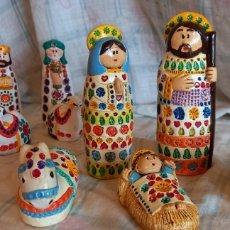 Figuras de Belén: BONITO Y CURIOSO BELEN DE ARCILLA O DE BARRO PINTADO A MANO O ESO CREO. Lote 284473943