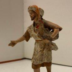 Statuine di Presepe: PASTOR CON GALLO. MIDE UNOS 9,3CMS. ANTIGUA FIGURA DE PESEBRE DE OLOT EN BARRO O TERRACOTA. Lote 288996888