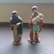 Figuras de Belén: LOTE DE DOS PASTORES UNO DE RESINA Y OTRO DE CERAMICA. Lote 292011328