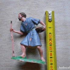 Figuras de Belén: FIGURA BELEN HOMBRE CON CESTO Y VARA. Lote 293720218