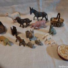Figuras de Belén: LOTE VARIADO DE ANIMALES DE PLASTICO DURO Y UNA CESTITA DE MIMBRE PARA BELEN. Lote 293828758