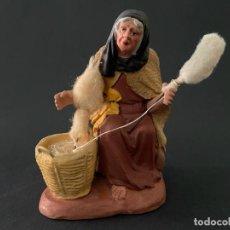 Figuras de Belén: FIGURA DE BELEN O PESSEBRE EN BARRO O TERRACOTA - HILANDERA (FIRMADA VIDAL). Lote 294060643