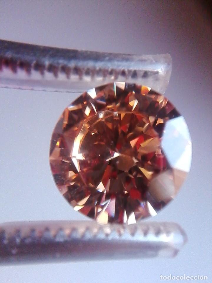 Coleccionismo de gemas: Luminoso zafiro Chatham Color Champang Talla Redonda de 6.45 Ct. (10 mm Ø ). - Foto 2 - 176014774