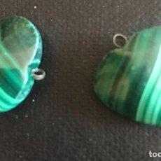 Coleccionismo de gemas: PAREJA DE COLGANTES , CORAZONES EN MALAQUITA. Lote 252814625