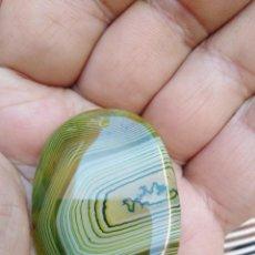 Coleccionismo de gemas: COLGANTE ÁGATA NATURAL VERDE BANDEADA. Lote 263253460
