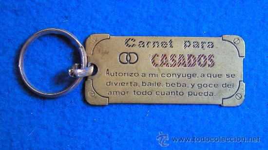 LLAVERO CURIOSO -CARNET PARA CASADOS- DÉCADA DE LOS 80-BUEN ESTADO (Coleccionismos - Llaveros)