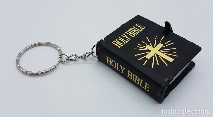 ORIGINAL LLAVERO CON SAGRADA BIBLIA EN MINIATURA, ESCRITA EN INGLÉS . (Coleccionismo - Llaveros)