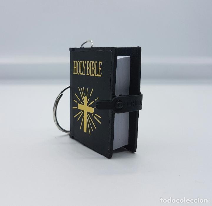 Coleccionismo de llaveros: Original llavero con Sagrada Biblia en miniatura, escrita en Inglés . - Foto 3 - 63440660