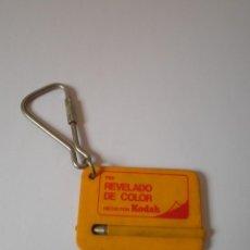 Coleccionismo de llaveros: LLAVERO ANTIGUO REVELADO COLOR KODAK. Lote 91254040