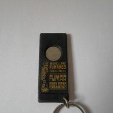 Coleccionismo de llaveros: LLAVERO ANTIGUO SIGUE FUMANDO TRANQUILAMENTE FUMAR ADELGAZA. Lote 91254660