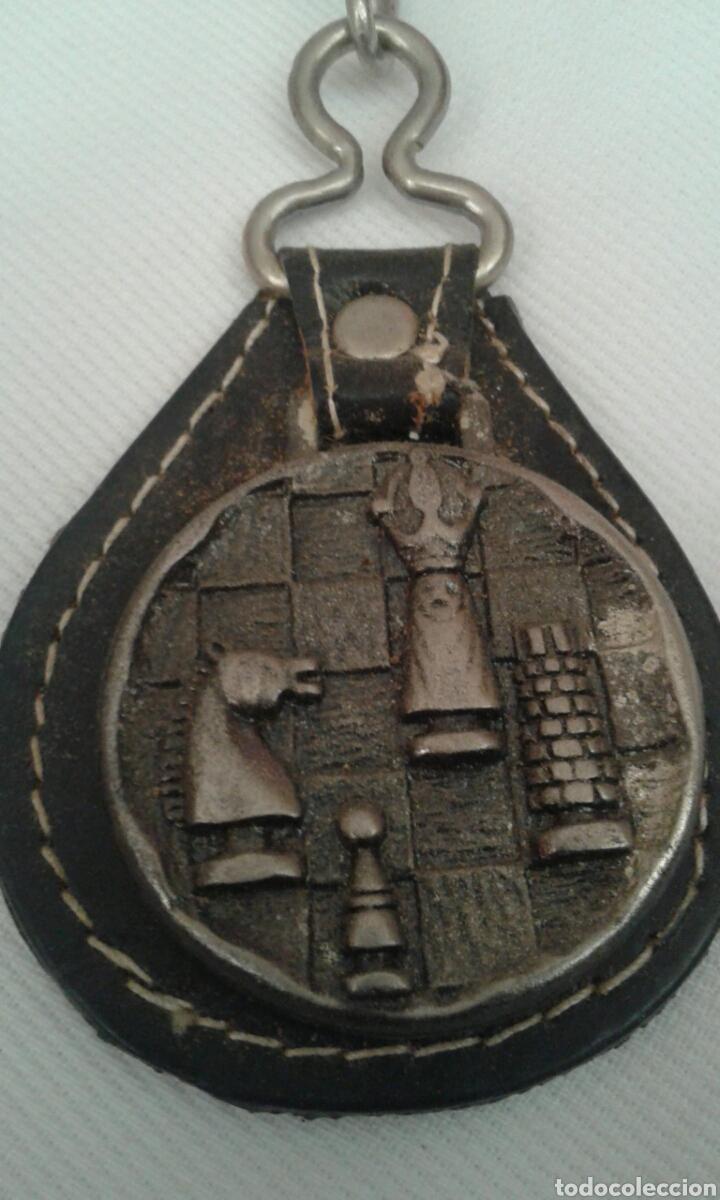 LLAVERO METAL CUERO AJEDREZ (Coleccionismo - Llaveros)