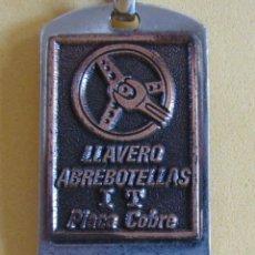 Coleccionismo de llaveros: LLAVERO ABREBOTELLAS PLACA DE COBRE MUY NUEVO PROCEDE DE MUESTRARIO 7 CMS. AÑOS 70 / 80. Lote 166334274