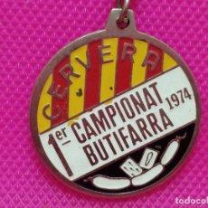 Coleccionismo de llaveros: LLAVERO PRIMER CAMPEONATO DE BUTIFARRA JUEGO DE CARTAS CERVERA LLEIDA 1974. Lote 173538989