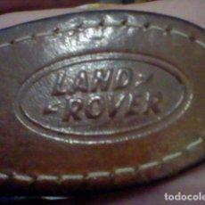 Coleccionismo de llaveros: LAND ROVER RELIEVE ANTIGUO LLAVERO RETRO. Lote 177034453