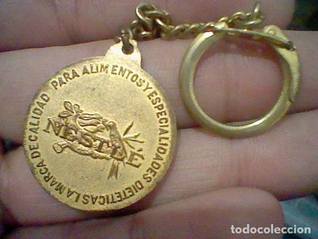 Coleccionismo de llaveros: NESTLE LLAVERO NIDO PAJAROS SOBRE FONDO AZUL METAL DORADO 60´S 3 CMS ALTO - Foto 2 - 194889391