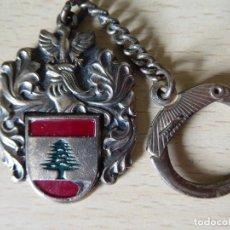 Collectionnisme de portes-clés: LLAVERO ESCUDO CON CASCO Y ABETO (¿LIBANO?). Lote 210123666