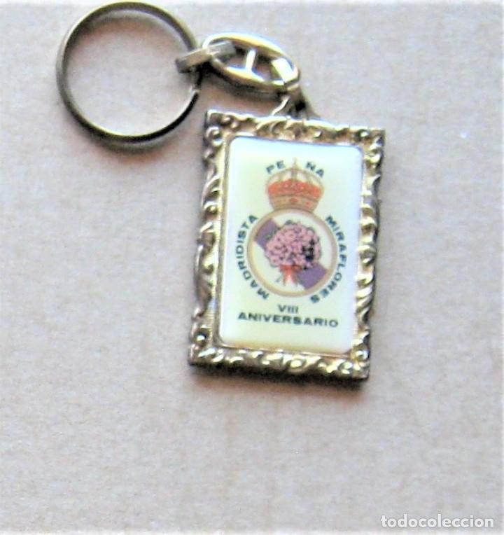 LLAVERO REAL MADRID CF PEÑA MIRAFLORES DE LA SIERRA MADRIDISTA FUTBOL METAL KEYRING R133-R (Coleccionismo - Llaveros)