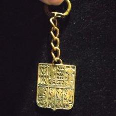 Coleccionismo de llaveros: LLAVERO CON ESCUDOS PROVINCIAS VASCAS DOBLE CARA AÑOS 80. Lote 243905720