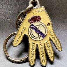 Coleccionismo de llaveros: LLAVERO DE METAL ESMALTADO REAL MADRID 5=0 - 7-1-1995 - A-LLAV-14604 - B-468. Lote 278703608