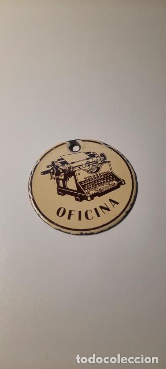 CHAPA ESMALTADA ANTIGUO LLAVERO DE OFICINA 50MM DIAMETRO (Coleccionismo - Llaveros)