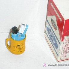 Mecheros: MECHERO A GAS *TAZA CON UTILES DE LIMPIAR LOS DIENTES*. Lote 4038292