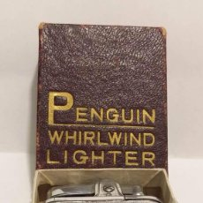 Mecheros: ANTIGUO MECHERO DE GASOLINA EN METAL CROMADO CON ESTUCHE ORIGINAL MARCA PENGUIN WHIRLWIND LIGHTER. Lote 50852340