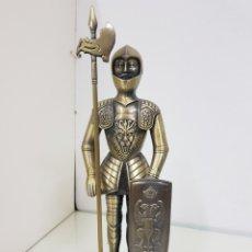 Mecheros: MECHERO DE GRAN TAMAÑO CABALLERO CON ARMADURA DE LEÓN 30 X 8,5 X 8,5 DE PLÁSTICO. Lote 156151757