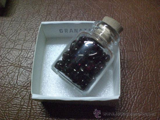 MINERAL: GRANATE.-BOTELLITA QUE CONTIENE CANTIDAD DE PEQUEÑOS GRANATES TALADRADOS (Coleccionismo - Mineralogía - Otros)
